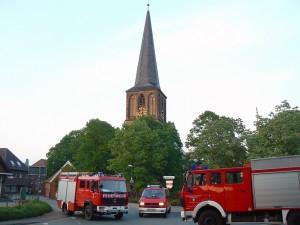 Fahrzeuge vor Kirche